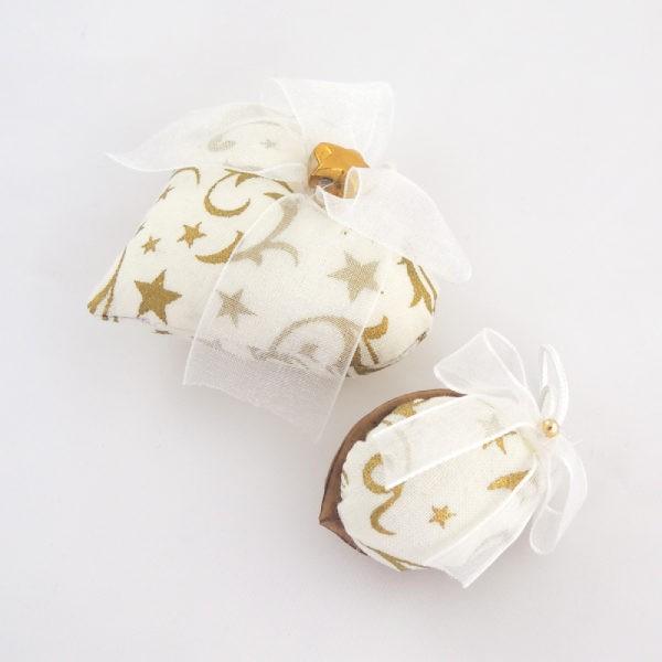 Ručně vyráběná vánoční ozdoba na stromeček. Bílý textil se zlatým ornamentem a bílá monofilová mašlička zlatá hvězdička.