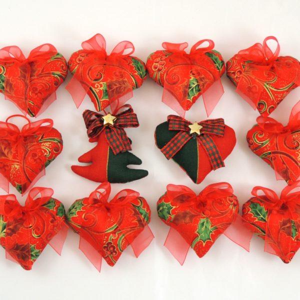 Ručně vyráběná vánoční ozdoba na stromeček. Červený textil se zeleným a zlatým potiskem, červená monofilová mašlička a poutko na pověšení.