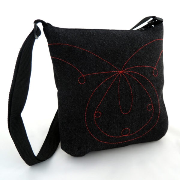 lehká černá kabelka z riflového materiálu s červeným prošíváním