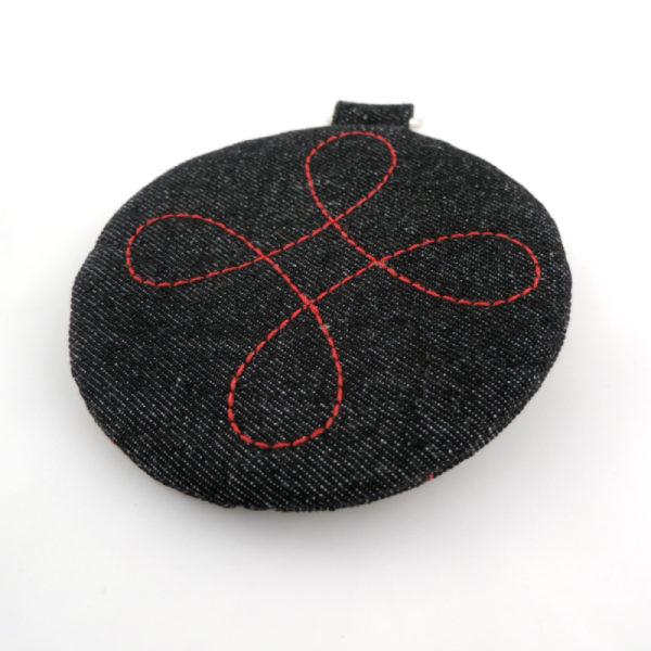 černé riflové kulaté pouzdro se zipem a kroužkem na pověšení