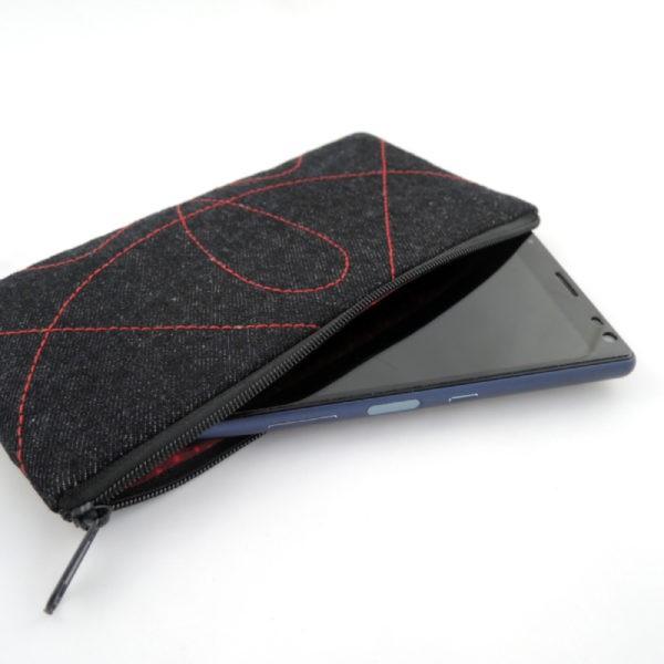 černé riflové pouzdro na telefon s červeným prošíváním a zapínáním na zip