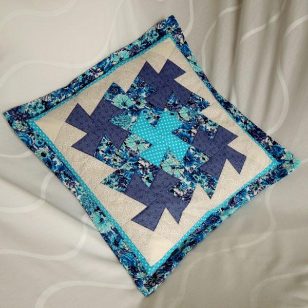 originální polštář šitý patchworkovou technikou ve studených barvách se zapínáním na zip