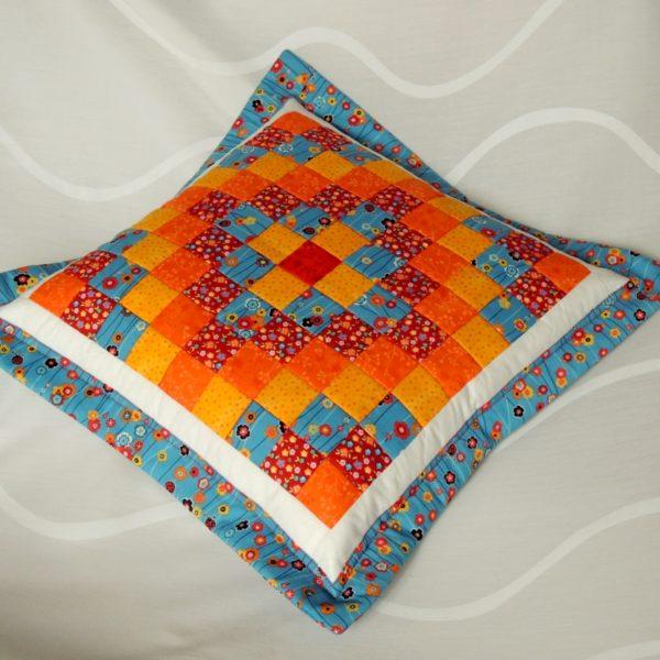 originální polštář šitý patchworkovou technikou se zapínáním na zip