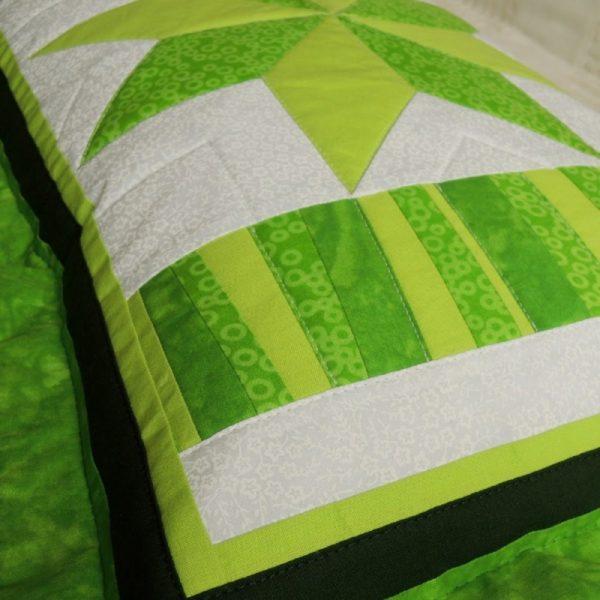 originální polštář šitý patchworkovou technikou v jarních zelených barvách se zapínáním na zip rozměr polštáře 40x60 cm