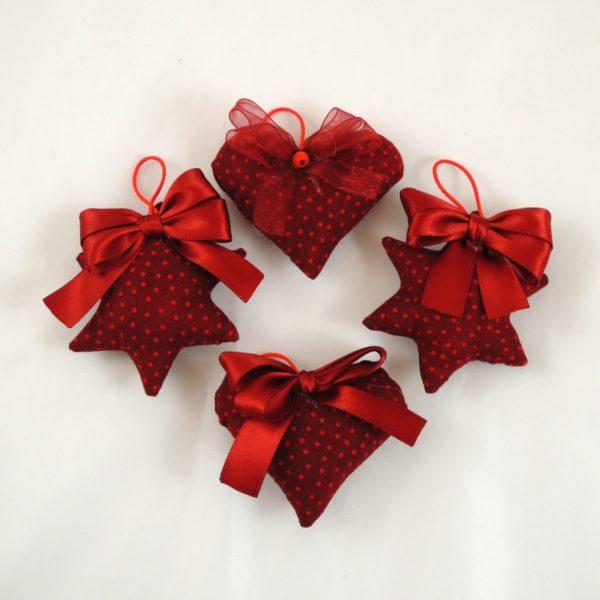 Ručně vyráběná vánoční ozdoba na stromeček. Vínový textil s malými červenými puntíkym, červená mašlička a poutko na pověšení.