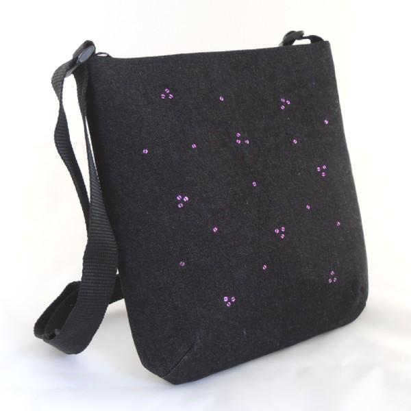 Lehká černá riflová kabelka sportovního typu zdobená drobnými fialovými flitry