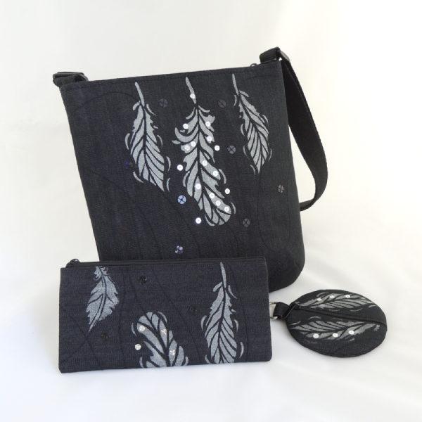 Sada černé riflové kabelky crossbody, pouzdra na mobil a peněženky se stříbrným potiskem peříček a flitry