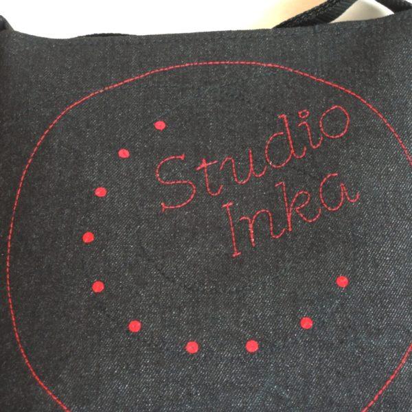 lehká textilní kabelka sportovního střihu z černého riflového materiálu s vyšitým jménem a s flitry