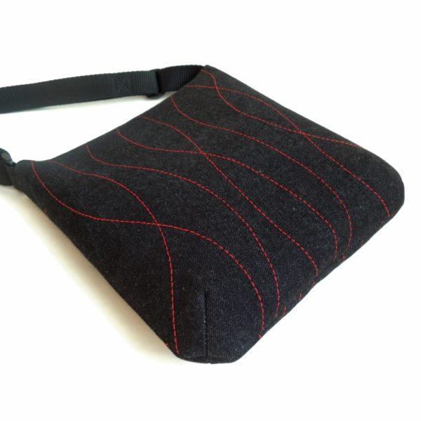 lehká textilní kabelka sportovního střihu z černého riflového materiálu s červeným ozdobným prošíváním