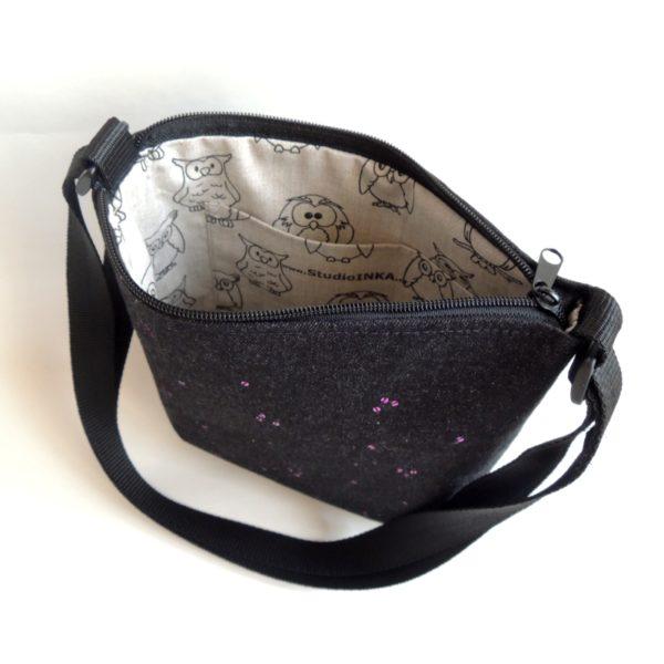 lehká textilní kabelka sportovního střihu z černého riflového materiálu s flitry