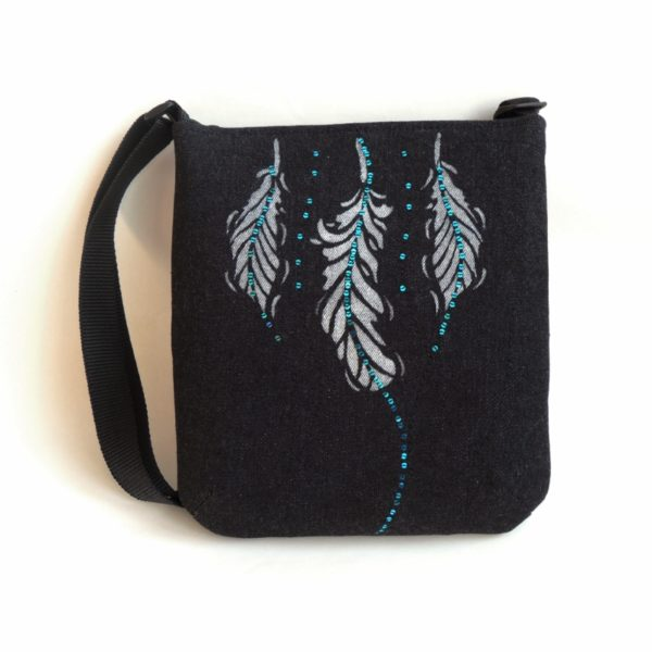 lehká textilní kabelka sportovního střihu z černého riflového materiálu s bílým ozdobným prošíváním s potiskem peříček a s flitry