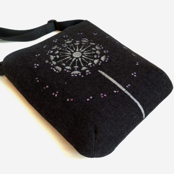 lehká textilní kabelka sportovního střihu z černého riflového materiálu s bílým ozdobným prošíváním s potiskem chmýří pampelišky a s flitry