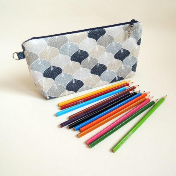 modrošedé textilní pouzdro na zip na školní potřeby se vzorem šupin