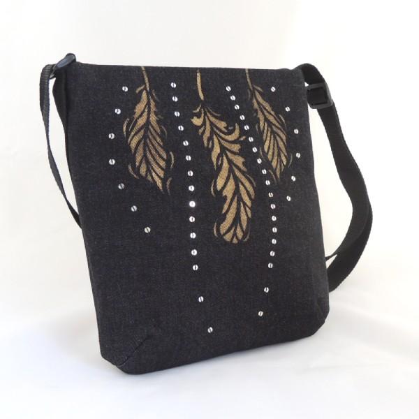 netradiční zlatě zdobená lehká černá kabelka sportovního typy se zapínáním na zip
