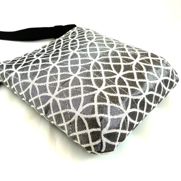 lehká textilní kabelka sportovního střihu s výrazným geometrickým vzorem