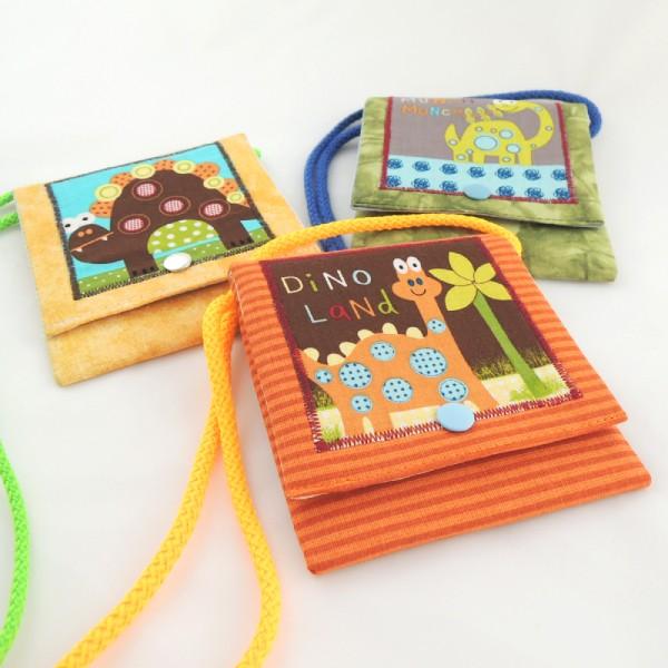 Dětské textilní kapsičky na šňůrce, obrázek dinosaurů, zapínání na stiskací druk.