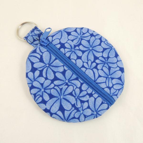 modré kulaté pouzdro na sluchátka na mince peněženka motiv světlemodrých květů modrý zip kroužek na pověšení