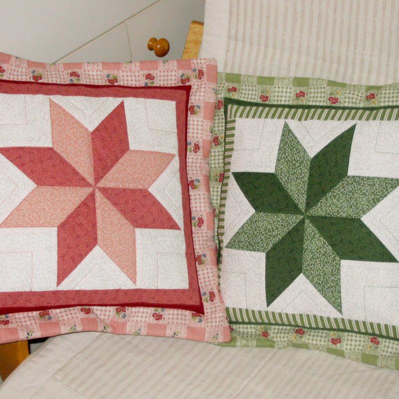 růžový a zelený patchworkový polštář