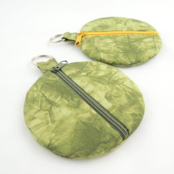 Textilní kulatá peněženka s kroužkem na pověšení, zapínání na zip.