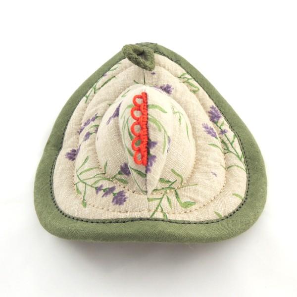 Bavlněné kuchyňské chňapky ve tvaru slepičky. Podklad je režné barvy s potiskem větviček levandule. Červený hřebínek na hlavičce slepičky. Očička namalované textilními barvami.