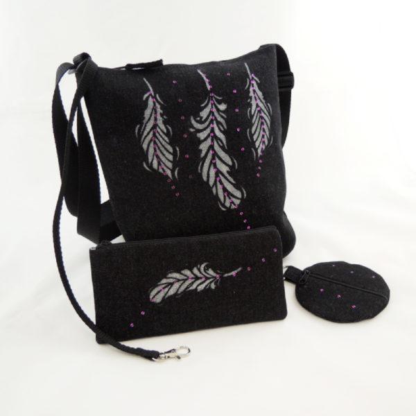 lehká černá sportovní kabelka z riflového materiálu s potiskem peříček v sadě s peněženkou a pouzdrem na mobil ve identickém dizajnu