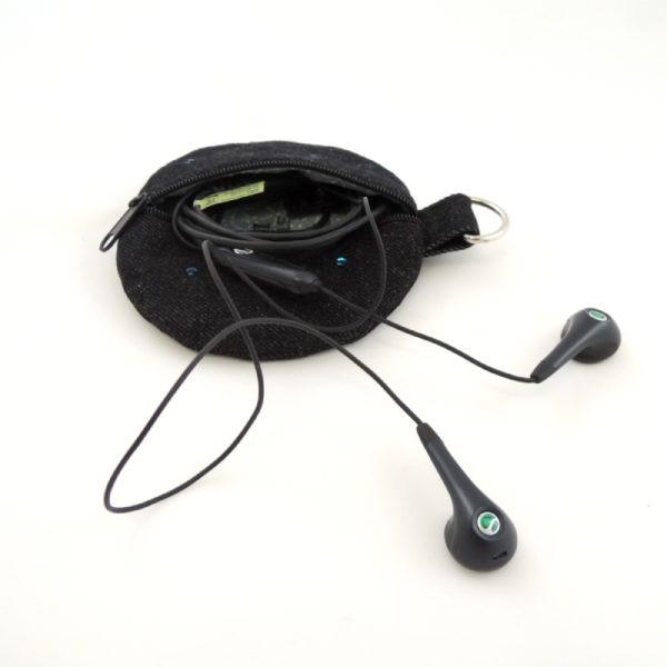 peněženka nebo pouzdro na sluchátka kulatý tvar černá riflovina zapínání na zip kroužek na pověšení