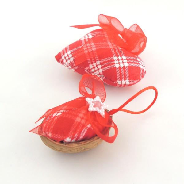 Ručně vyráběná vánoční ozdoba na stromeček. Červenobílý károvaný textil, červená monofilová mašlička a jemná perleťová hvězdička.