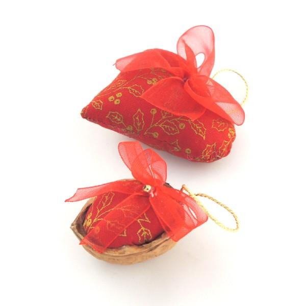 Ručně vyráběná vánoční ozdoba na stromeček. Červený textil se zlatým potiskem, červená monofilová mašlička a poutko na pověšení.