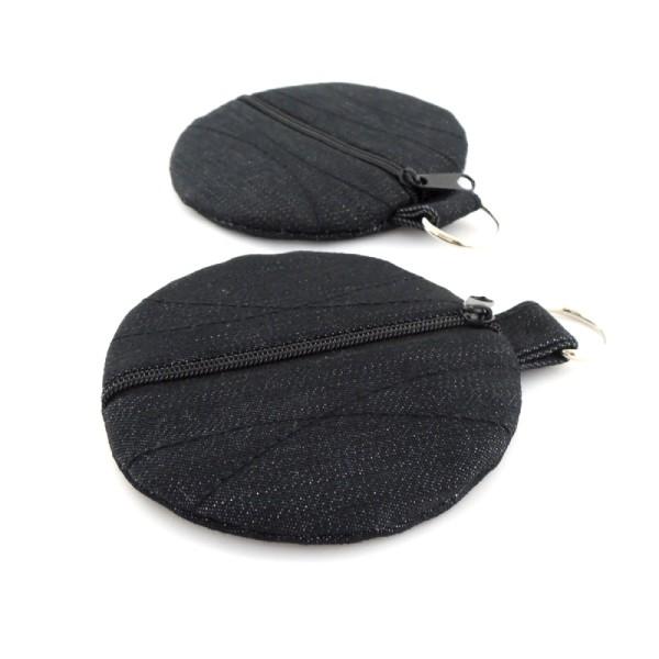 Pouzdro je ušité z riflového materiálu nebo softshellu, doplněné barevnou bavlněnou podšívkou. Zapíná se na zip a má kroužek na pověšení.