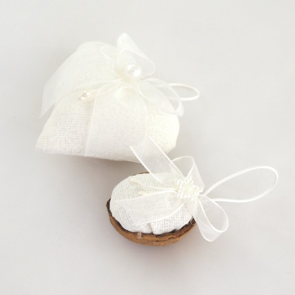 Ručně vyráběná vánoční ozdoba na stromeček. Bílý textil s bílým potiskem a bílá monofilová mašlička jemná perleťová hvězdička a bílé pestíky.