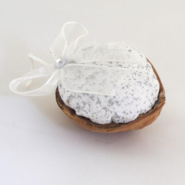 Ručně vyráběná vánoční ozdoba na stromeček. Bílý textil se stříbrným potiskem a bílá monofilová mašlička jemný stříbrný korálek.