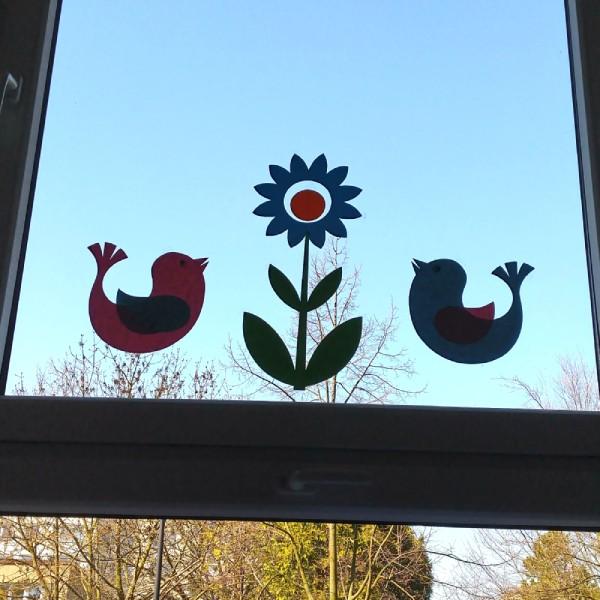 kytka a ptáčci nalepená dekorace na okně