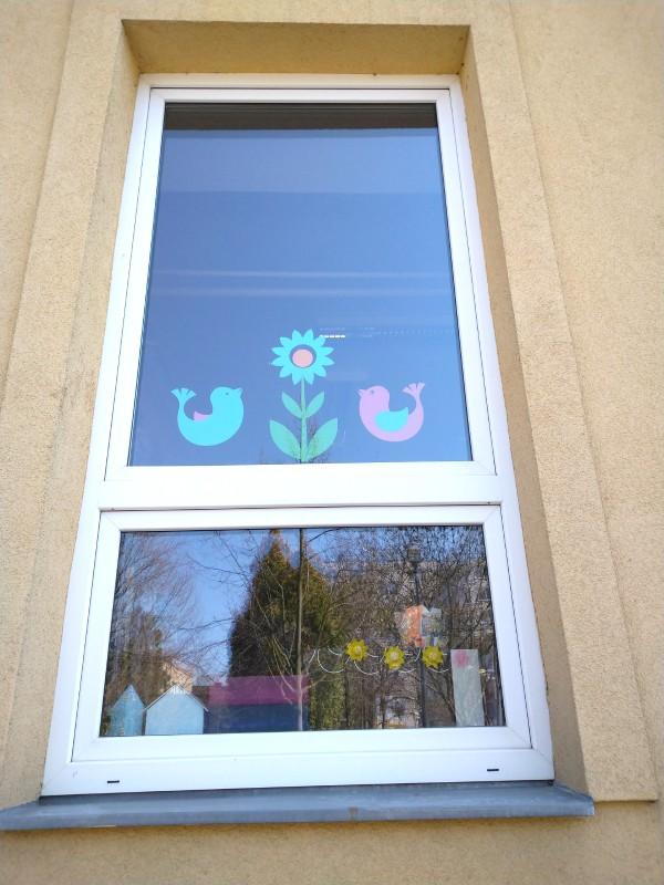 ptáčci a kytka v okně