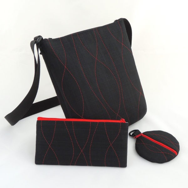 sada sportovní kabelky, pouzdra a peněženky ve stejném stylu z černého softshellu s ozdobným prošíváním a drobnými flitry