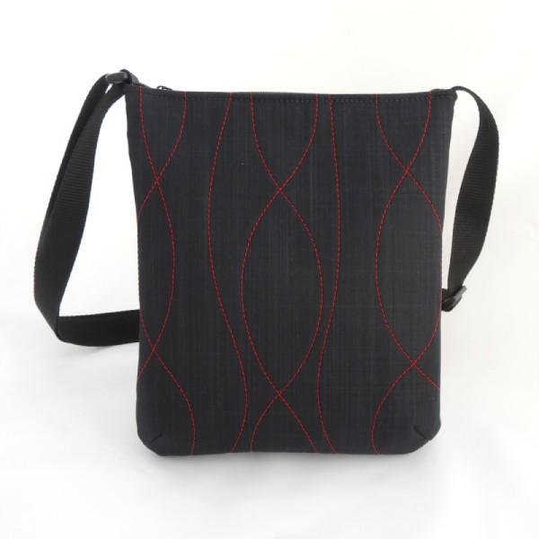 lehká textilní kabelka sportovního střihu s výrazným červeným prošitím