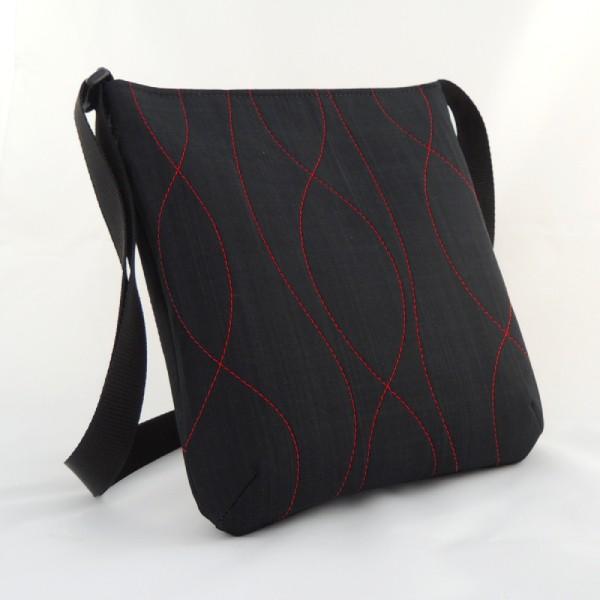 černá textilní kabelka sportovního typu s výrazným červeným prošíváním