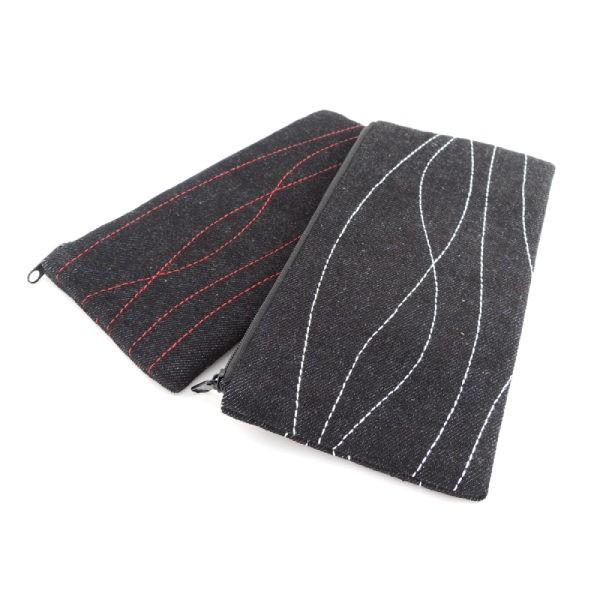černé pouzdra z rifloviny nebo softshellu s jednoduchým bílým nebo červeným prošíváním