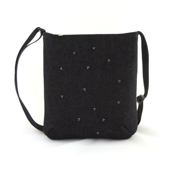 Lehká černá riflová kabelka sportovního typu zdobená modrošedými korálky