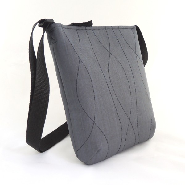 Lehká šedá kabelka crossbody ze softshellu s tmavěmodrým prošíváním