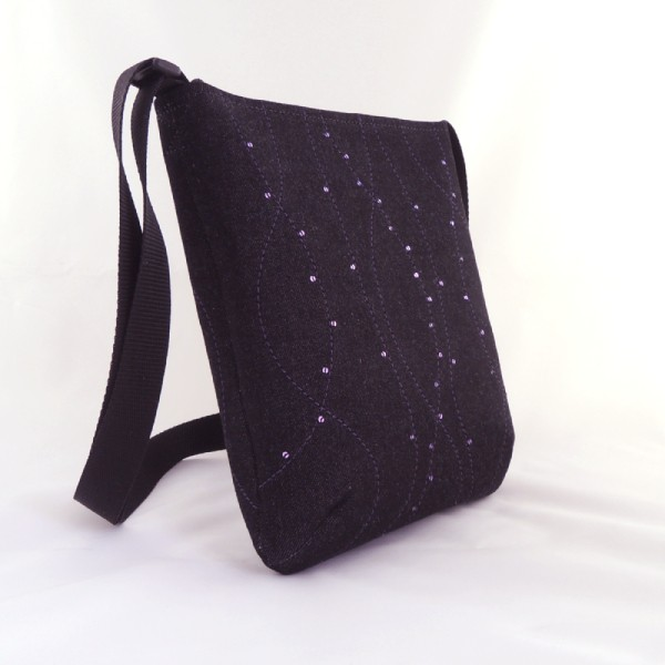 Lehká černá kabelka sportovního typu s fialovým prošíváním a drobnými fialovými flitry