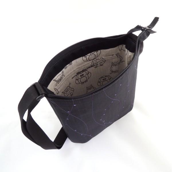 lehká černá textilní kabelka sportovního střihu s decentním zdobením ve fialovém odstínu doplněna peněženkou a pouzdrem ve stejném stylu