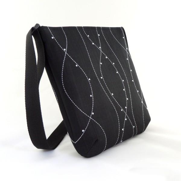 Černá lehoučká sportovní kabelka zdobená bílým prošitím a bílými drobnými flitry