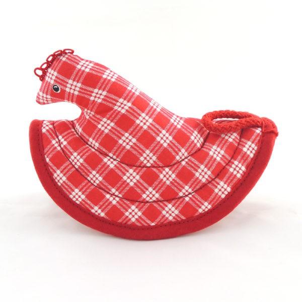 Červené káro a červené lemování kuchyňské chňapky ve tvaru slepičky.