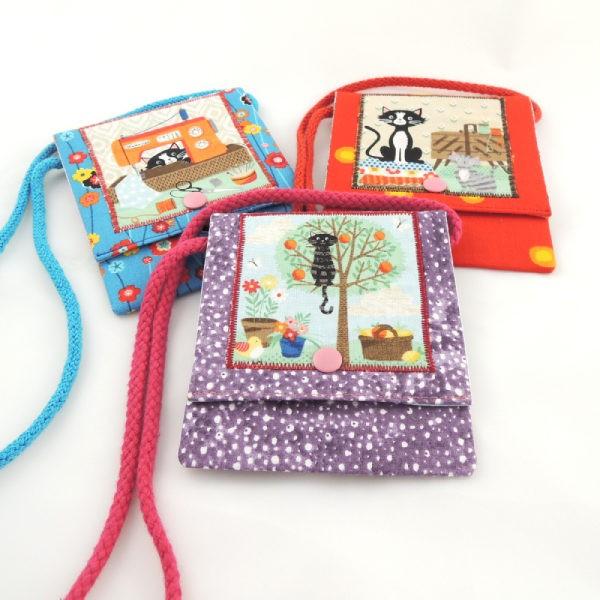 Dětské textilní kapsičky na šňůrce, obrázek kočiček, zapínání na stiskací druk.