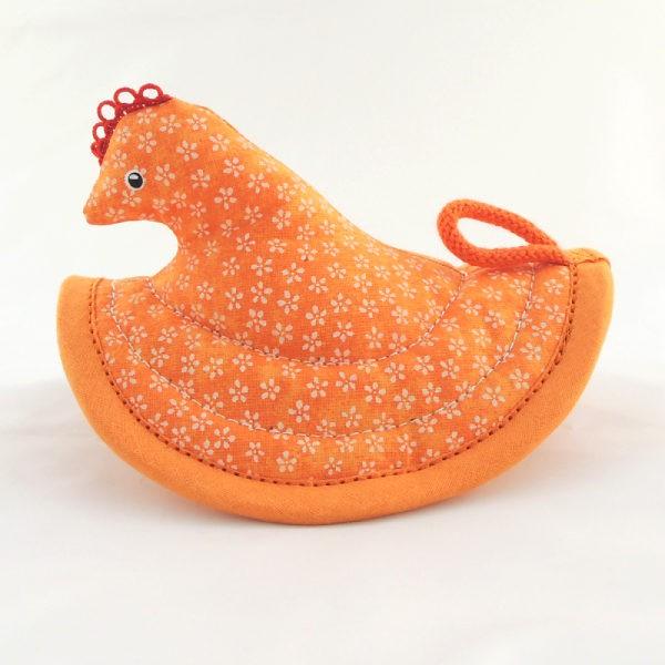 Nádherná veselá oranžová kuchyňská chňapka slepička s drobnými bílými kvítky.