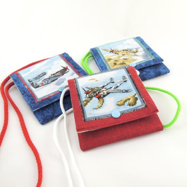 Dětské textilní kapsičky na šňůrce, obrázek letadel, zapínání na stiskací druk.