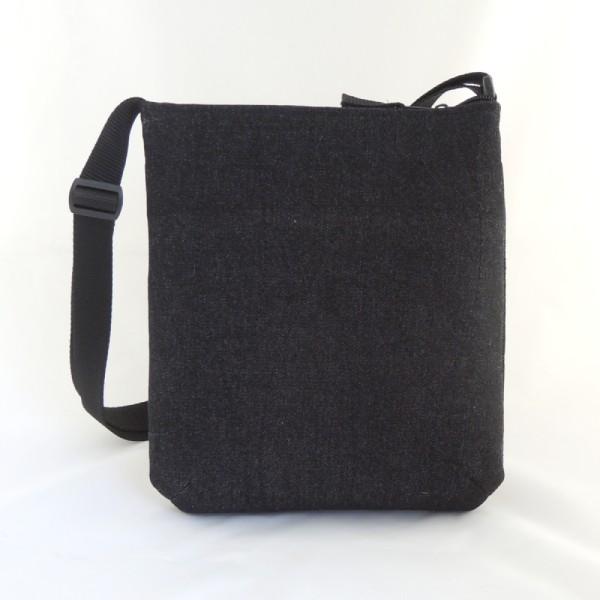 Lehká sportovní kabelka z černé rifloviny se stříbrným potiskem peříček a stříbrnými nýty