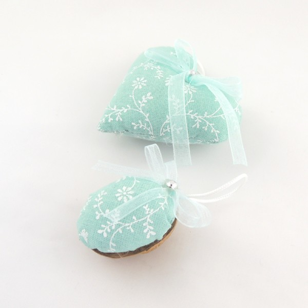 Ručně vyráběná vánoční ozdoba na stromeček. Světlý modrozelený textil s jemným bílým potiskem, do tónu monofilová mašlička a jemný stříbrný korálek.