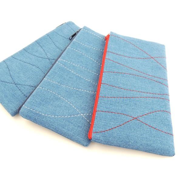 modré riflové pouzdra na mobil s bílým, červeným nebo modrým prošíváním, zapínání na zip