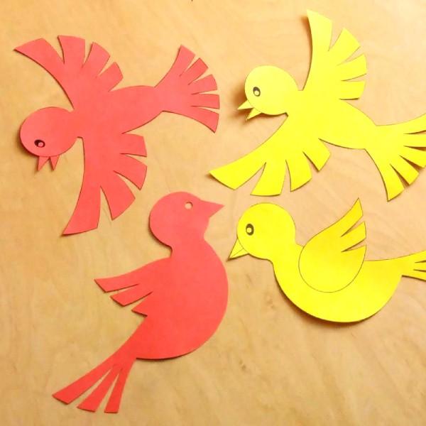 vytisknutý a vystřižený ptáček jako dekorace na školní okna